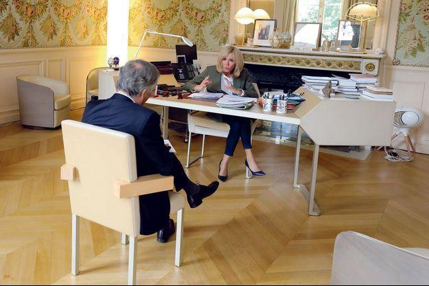 Entre la première dame et Bruno Jeudy, notre rédacteur en chef, une distance de presque 2 mètres… Vendredi 24 avril.