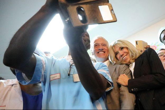 Didier Deschamps et Brigitte Macron posent pour un selfie, mercredi au Centre Hospitalier Régional d'Orléans.