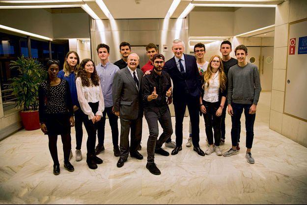Entourés de lycéens, Marc Ladreit de Lacharrière, le YouTubeur Cyprien Iov et Bruno Le Maire.