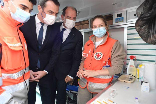 Jean Castex et Olivier Véran dans un centre de vaccination à Villetaneuse.