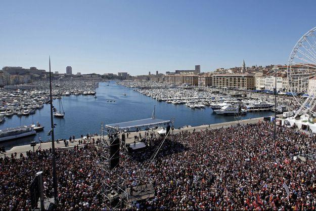 Jean-Luc Mélenchon lors d'un grand meeting à ciel ouvert, dimanche 9 avril à Marseille. Les drapeaux rouges se mêlent aux tricolores.