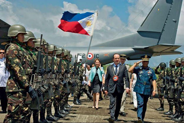 L'accueil à Guiuan, avec un collier de bienvenue en perles et coquillages. Derrière le président, Ségolène Royal.