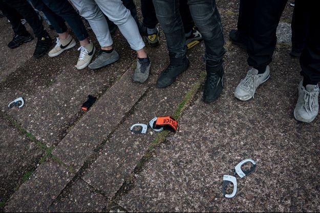 Les policiers ont symboliquement jeté à terre leurs menottes, comme ici à Bobigny.