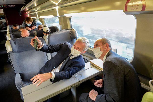 Séance selfie avec Bruno Le Maire dans le train qui le mène à Reims, le 28 novembre 2020.