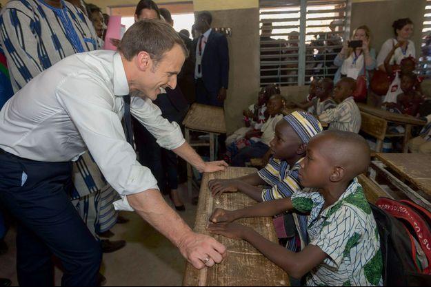 Emmanuel Macron visite une école à Ouagadougou, au Burkina Faso, le 29 novembre.