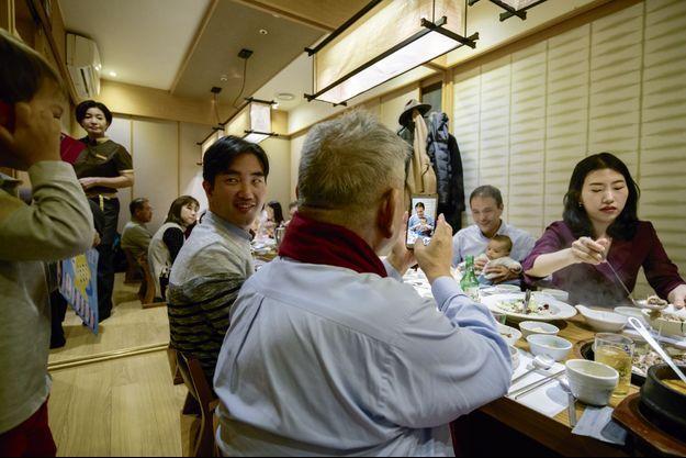 Le 5 novembre, dans un restaurant de Séoul, lors du dîner familial pour fêter les 100 jours de Timothée, deuxième ls de Cédric O. Portable en main, Yong-sok, le père du secrétaire d'Etat.