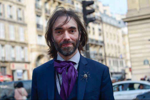 Pour crédibiliser sa candidature et changer d'image, Cédric Villani a (un peu) assagi son look. Ici à Paris, le 18 avril.
