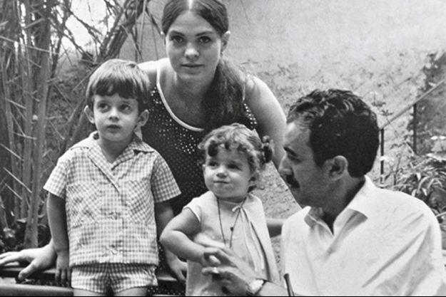 Manuel Valls (à droite), sa mère Luisa, sa soeur Giovanna et son père Xavier dans le jardin de la maison de Horta, en Espagne, pendant l'été 1965.