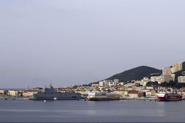 """Vue du port d'Ajaccio, où le porte-hélicoptère """"Tonnerre"""" est venu apporter un soutien à la lutte contre la pandémie de coronavirus, le 22 mars."""