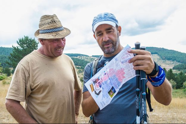 Christophe Castaner, à dr., avec un habitant de sa circonscription lors de sa longue marche de 2016.