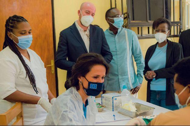 Chrysoula Zacharopoulou vaccine au centre de santé de Mayange, près de Kigali, au Rwanda.
