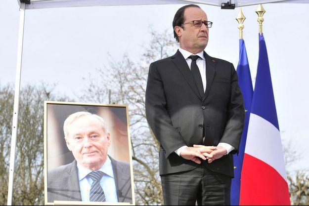 François Hollande devant le portrait de Claude Dilain, lors de l'hommage samedi à l'ancien maire de Clichy-sous-Bois.