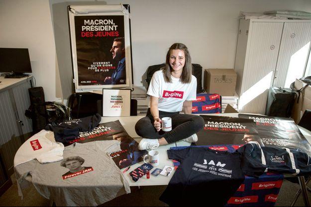 Le 10 septembre, la jeune militante Clémentine Dupuy pose au siège du parti.