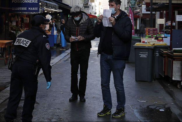 Ici un contrôle de police concernant les règles de confinement, à Paris le 31 mars.