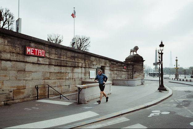 Ici, un homme faisant son jogging le 20 mars à Paris.
