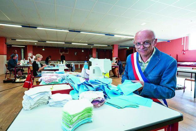 Jean-Marie Allain, le maire de Marpent (Nord), a créé un atelier de production de masques dans la salle des fêtes.