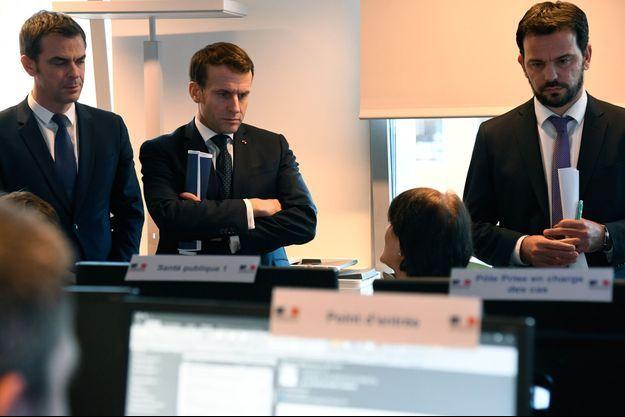 Emmanuel Macron au CORRUSS , le centre Opérationnel de Régulation et de Réponse aux Urgences Sanitaires et Sociales, à Paris.
