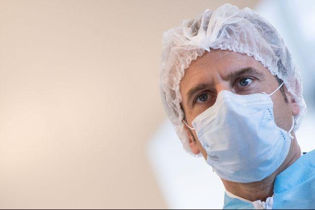 Emmanuel Macron mardi à Saint-Barthélemy d'Anjou, lors de la visite de l'usine de masques de la PME Kolmi-Hopen.