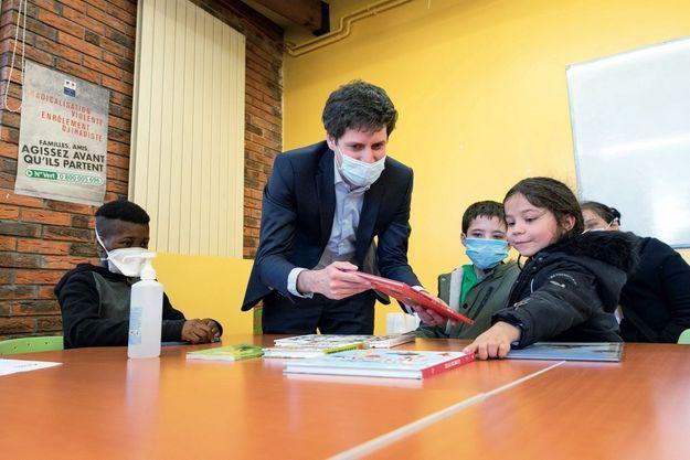 A Trappes, ce 15 mai, Julien Denormandie remet des livres aux enfants défavorisés dans le cadre de l'opération « 1 000 livres pour les cités éducatives ».