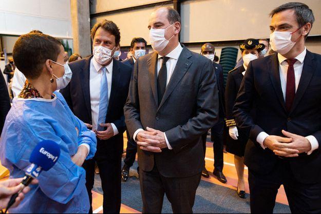 Jean Castex, entouré du maire de Saint-Maur-des-Fossés Sylvain Berrios (à gauche) et d'Olivier Véran.