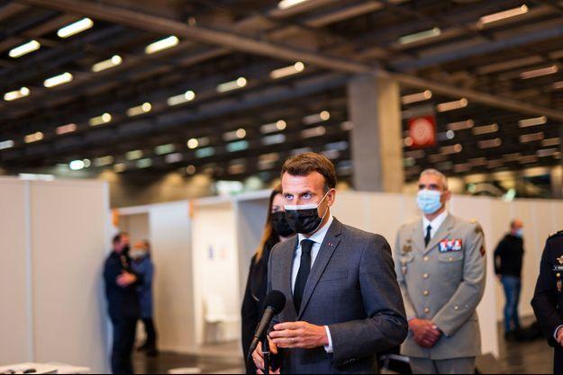 Emmanuel Macron jeudi au vaccinodrome installé au Parc des expositions de la Porte de Versailles, à Paris.