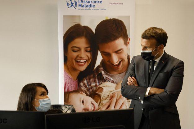 Emmanuel Macron a visité lundi à Créteil une plateforme d'appel de l'assurance maladie.