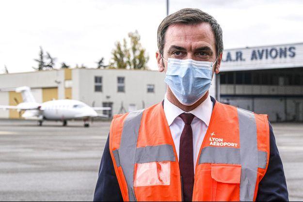 Olivier Véran s'est déplacé lundi à Lyon pour assister au départ par avion de deux malades pour La Rochelle.