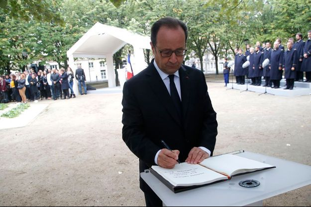 Lundi, François Hollande prend part à l'hommage national aux victimes du terrorisme, aux Invalides, à Paris.