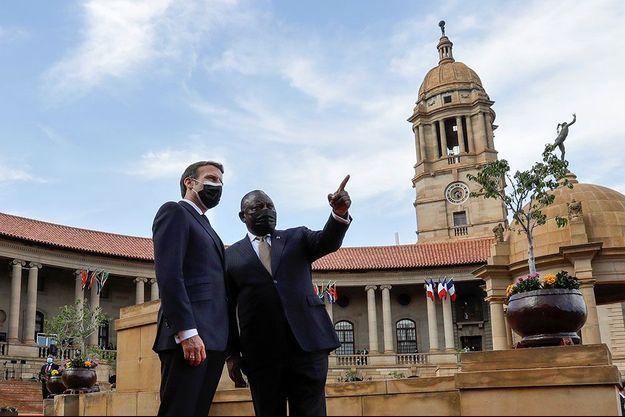 Emmanuel Macron et le président sud-africain Cyril Ramaphosa vendredi à Pretoria.