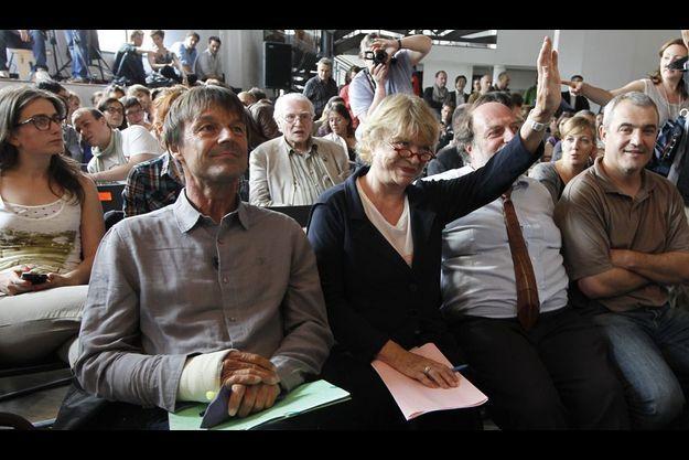 A la Bellevilloise, à Paris, jeudi 9 juin, pour le deuxième débat. L'aventurier écolo s'est fait une triple fracture au bras en chutant de son vélo. Malgré son plâtre et l'interdiction de son médecin, il signe volontiers des autographes.