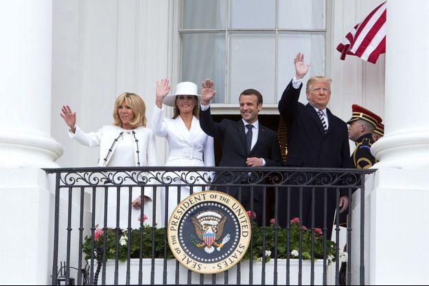 Les couples présidentiels au balcon Truman de la Maison-Blanche, lors de la cérémonie d'arrivée officielle à Washington, le 24 avril.