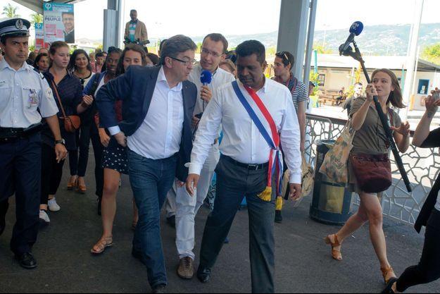 Jean-Luc Mélenchon, accueilli par le député Jean-Hugues Ratenon a l'aéroport de La Reunion ce vendredi matin.