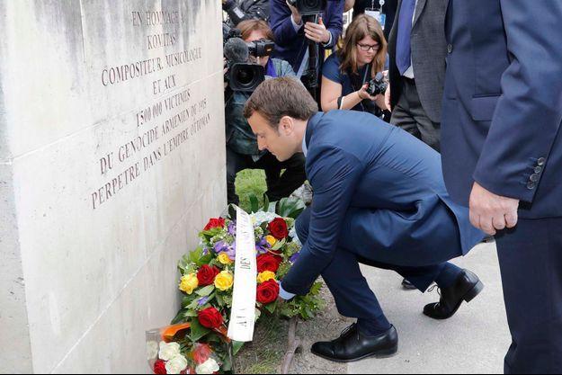 Emmanuel Macron a déposé une gerbe de fleurs au pied de la statue de Komitas.