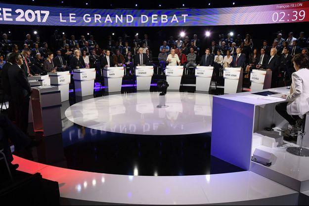 """Les candidats sur le plateau du """"Grand débat"""" de BFMTV et CNews."""