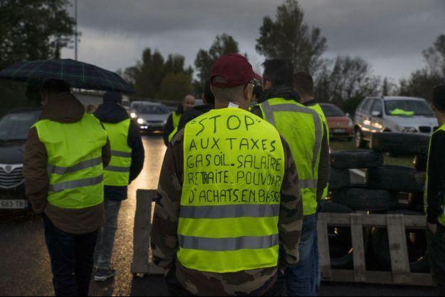 Des manifestants du mouvement des gilets jaunes, bloquent les accès de la ville de Narbonne, samedi 17 novembre 2018