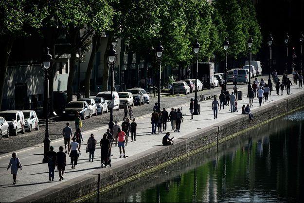 Sur les rives du canal de l'Ourcq, à Paris, dimanche.