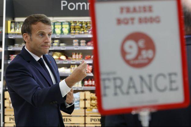 Emmanuel Macron dans un supermarché de Saint-Pol-de-Léon, dans le Finistère, mercredi.