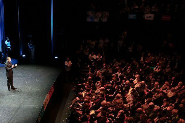 Emmanuel Macron sur la scène de Bobino, le 6 février 2017.