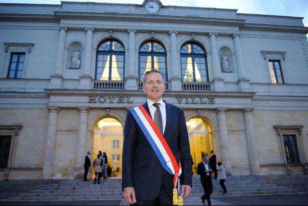 François Zocchetto devant sa mairie de Laval, en avril 2014.
