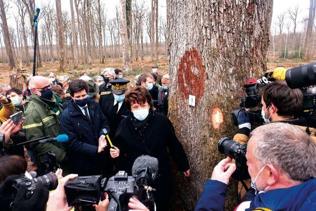 Julien Denormandie et Roselyne Bachelot en fôret de Bercé, dans la Sarthe, le 5 mars.