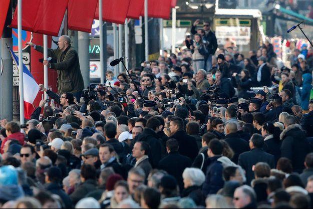 Des manifestants anti-Hollande sur les Champs-Elysées, le 11-Novembre.
