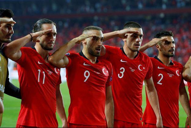 Le salut des joueurs turcs lors de Turquie-Albanie.