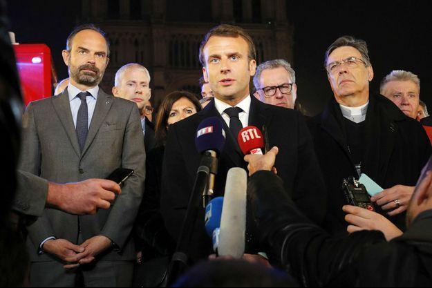 Allocution d'Emmanuel Macron peu avant minuit devant la cathédrale.