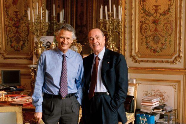 La victoire en souriant. Dans son bureau de l'Elysée, avec Dominique de Villepin, le 5 mai 2002.
