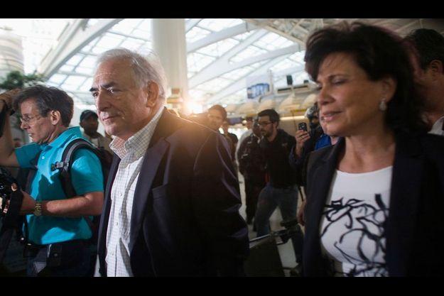 DSK et Anne Sinclair à l'aéroport JFK de New York.