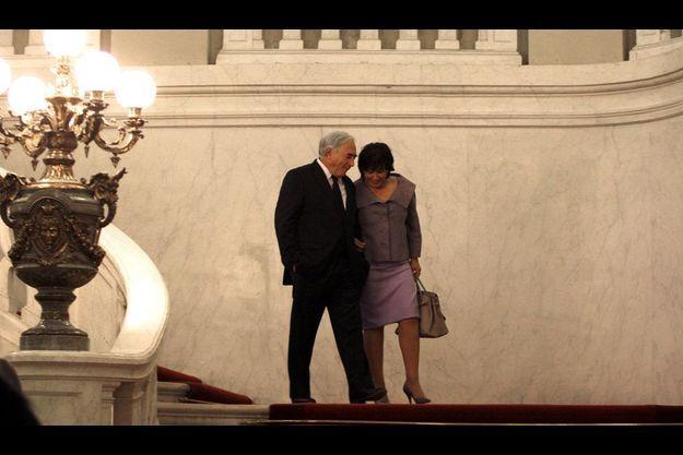 DSK et Anne Sinclair en mars 2010 sur les marches de l'escalier du Sénat.