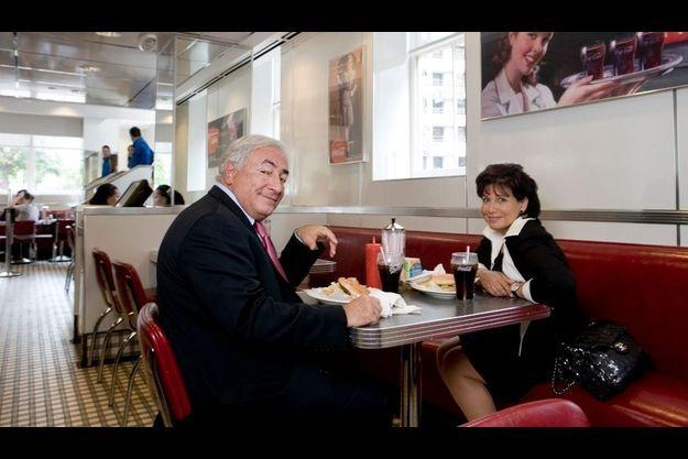 Il est un peu plus de midi au Johnny Rockets, près des bureaux du FMI, à Washington. Dans 2h00, Dominique Strauss-Kahn s'envole pour New York où il dînera avec un de ses fils. Anne Sinclair part pour Paris.