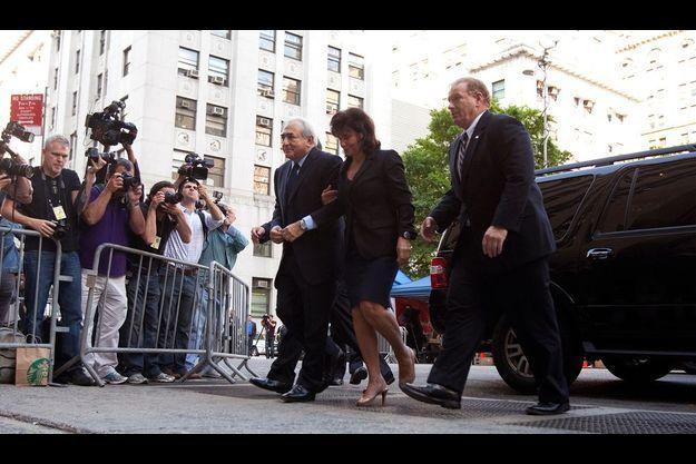 Lundi 6 juin, à 8 h 40, Anne Sinclair et Dominique Strauss-Kahn devant le tribunal criminel de Manhattan, encadrés par deux gardes du corps.