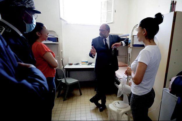 Le ministre de la Justice, Eric Dupond-Moretti, s'entretient avec des détenues de la prison des femmes de Nice, le 25 juillet.