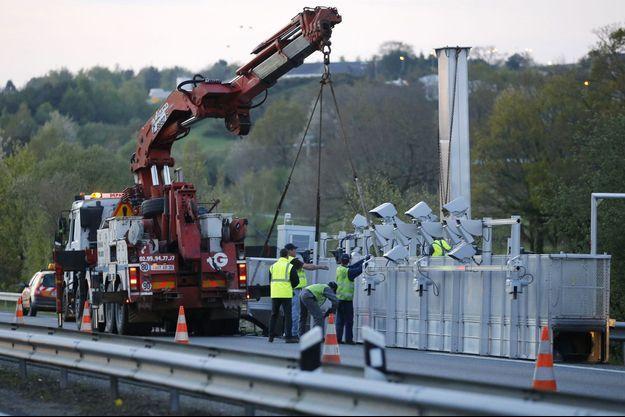 Démontage d'un portique Ecotaxe endommagé à Bain-de-Bretagne, en avril dernier.